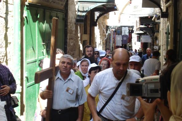 Pélerins refaisant le chemin de croix du Christ dans les rues du vieux Jérusalem