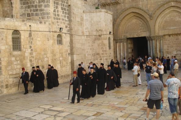 Prêtres orthodoxes à la sortie du Saint Sépuclre, entamant une procession.
