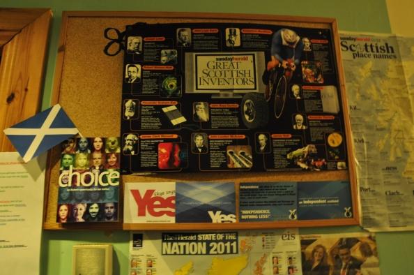 """Les """"Grea Scottish inventors"""" à côté du bureau d'accueil de Brian."""