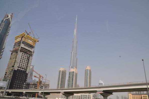 La Burj Khalifa, tout en mesure, au milieu de travaux ininterrompus.